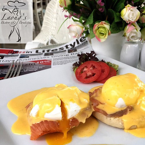 Sunday Morning & Eggs Benedict. Perfect!!  #jomtienbeach #jomtien #laongs #bistro #fusionfood #pattaya #อาหารไทย #eggsbenedict #breakfast