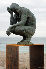 20151031-098-Sculpture by the Sea Bondi 2016 - Crouching man by Laurence Edwards (Roger T Wong) Tags: people art bondi outdoors sydney australia installation nsw figure newsouthwales sculpturebythesea crowds scultpure tamarama 2015 sony2470 rogertwong sel2470z sonyfe2470mmf4zaosscarlzeissvariotessart sonya7ii sonyilce7m2 sonyalpha7ii