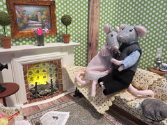 8. Sweet Embrace (Foxy Belle) Tags: mice mouse doll poseable handmade felt wire pipestem cleaner ooak 112 scale romance couple love living room dollhouse green