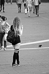 _DSC0982bw1 (dede0561) Tags: giovinezza giovent young woman street legs short capelli gambaletti gambe sms chat
