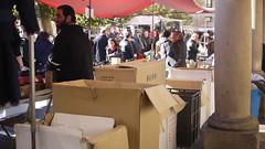 271116 025 (Jusotil_1943) Tags: 271116 cajas carton mercadillo columna people