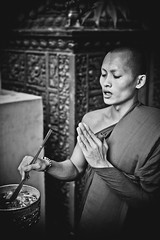 Bndiction (Tom Pia Photographie) Tags: portrait face bonze priere bndiction religion monk travel traveler voyage voyageur explorer cambodge cambodia phnom penh blackandwhite bnw noiretblanc ngc natgeo national geographic