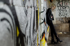 (Z-nas) Tags: belleza fashion moda retrato portait gothic gotico emo blonde rubia color beauty posado tfcd pose graffiti girl chica cuero laether