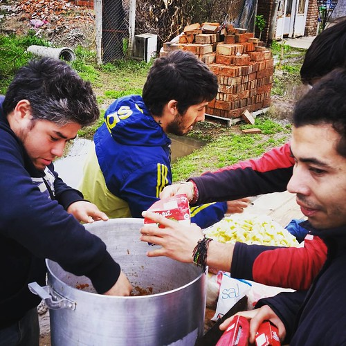 Vecinos preparan cocina de campaña @cnnee #inundaciones
