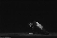 "Pablo en ""1 centímetros sobre el suelo"" (d.meneses, fotografiando lo que veo) Tags: chile light luz modern contrast canon de teatro la dance shadows body muscle danza pedro contraste fotografia barra sombras moderna cuerpo antofagasta chilena youngphotographers musculatura t5i danielmeneses anorexio"