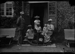 GIM-ureg_0013f (dbagder) Tags: barn denmark dresser hatter menn leker dnk babyer klr mennesker kvinner kjoler utendrs hodeplagg drakter gyngehester herregrder kulturhistoriskefotografier familebilder