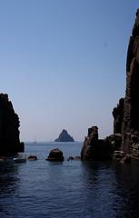 Dattilo incorniciato (TheGiRLwithKaLeidoSCopeEyes88) Tags: mare sicilia eolie basalto panarea scoglio dattilo
