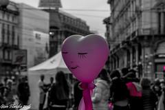 Anche un solo sorriso pu illuminare una piazza grigia (Gian Floridia) Tags: milano piazzacordusio artistadistrada bn bw bienne cieloplumbeo citt consolare cuore felicit grigiore illuminare magenta palloncino rallegrare selectivecolour sorriso speranza tristezza