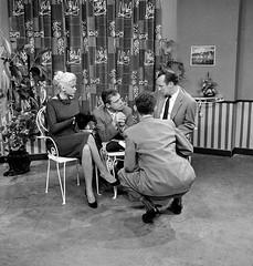 Jayne Mansfield wordt door Wim Sonneveld genterviewd (poedievanlaar) Tags: jayne mansfield wim sonneveld vara tv mensen dingen nu acteur cabaretier bussum irenestudio actress old hollywood sex symbol holland dutch netherlands show