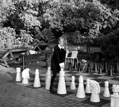IMG_8880_Fotor03 (Ela's Zeichnungen und Fotografie) Tags: hannover congresszentrum stadt stadtpark landschaft natur herbst laub bäume blätter sonnenlicht person frau schach spiel schwarzweiss