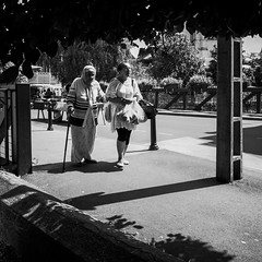 Le march (Olivier DESMET) Tags: olivierdesmet street streetphoto candid lesgens noirblanc nb blackandwhite bw monochrome photosderue ricoh ricohgr gr 28mm march
