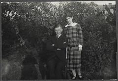 Archiv Chr094 Im Sommergarten, 1920er (Hans-Michael Tappen) Tags: archivhansmichaeltappen sommergarten frau mann man kleid outdoor outfit anzug garten sommer woman 1920er 1920s