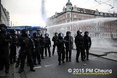 Proteste gegen Neonaziaufmarsch in Leipzig - Südvorstadt - Connewitz - 12.12.2015 - Leipzig - le1212 IMG_8485 (PM Cheung) Tags: leipzig demonstration sachsen proteste südvorstadt hooligans npd neonazis barrikaden csgas wasserwerfer nationalismus schlagstock krawalle rassismus naziaufmarsch gegendemonstration connewitz tränengas ausschreitungen sternmarsch südplatz htwk räumpanzer christianworch karlliebknechtstrase pmcheung pomengcheung lotharkönig facebookcompmcheungphotography dierechte pegida legida mengcheungpo silviorösler 12122015 leipzigconnwitz thügida offensivefürdeutschland leipzigbleibtrot protestfürfriedenundvölkerfreundschaft davidköckert gegenlinkenterrorunddielinkediktatur le1212