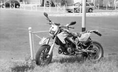 Old Bike (Greg.photographie) Tags: zeiss carlzeiss ikon contaflex superb tessar 50mm f28 film analog foma 100 r09 noiretblanc bw blackandwhite old bike moto motorcycle