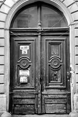 Dob u. 20 (LG_92) Tags: budapest hungary city architecture winter decay nikon dslr d3100 vintage december 2016 old wood blackandwhite blackwhite bw noiretblanc schwarzweiss house building monochrome door