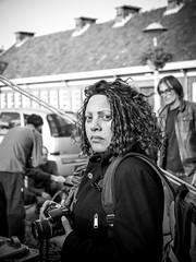 Hallo collega! (Harry -[ The Travel ]- Marmot) Tags: holland nederland netherlands dutch hollands nl amsterdam mokum stadsarchief stad city urban stedelijk stads zonneplein tuindorpoostzaan amsterdamnoord noord vrouw fotograaf photographer woman mens human allrightsreservedcontactmebyflickrmail zwartwit blackandwhite bw monochroom monochrome schwarzweis portret portrait