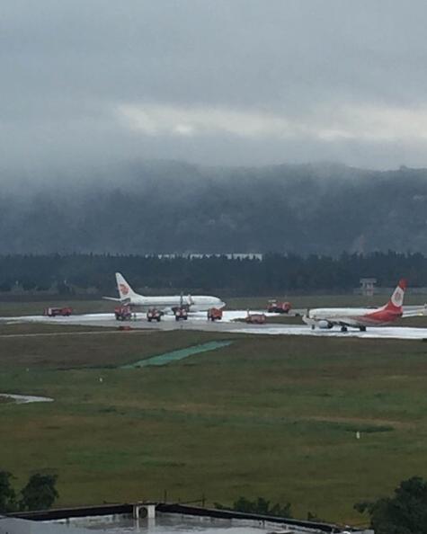 福州长乐机场一架飞机发动机着火被拖回(图)