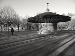 Une froide mais belle journée à Paris... A fine and cold day in Paris (alainpere407) Tags: alainpere candidpictureinparis paris parisnoiretblanc ruesdeparis streetsofparis parisblackandwhite jardinduluxembourg ombrescontrastées shadows