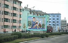 Street scene Chongjin (Frühtau) Tags: dprk north korea chongjin city centre mural scene street asia asian east nordkorea korean architecture architektur design strasse szene people leute daily life culture propaganda message painting poster stadt scenery 朝鲜 朝鮮 cháoxiān 地 outdoor корея северная كوريا الشمالية 北朝鮮 corea del norte corée du nord coreia do coréia เกาหลีเหนือ βόρεια κορέα gebäudekomplex personen construction
