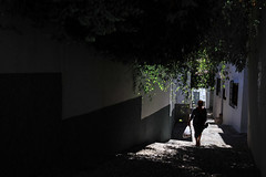 Vivir el Albayzín (Antonio_Luis) Tags: calle sol sombra cuesta empedrado mujer silueta contraste contraluz albaicin albayzin patrimonio unesco granada andalucia
