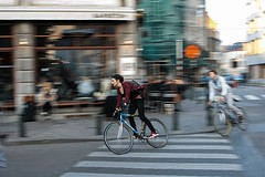 Mujeres en bicicleta (miguelangelortega) Tags: ciudad city streetphotography bicicletas bike women mododevida style barrido panning terraza bar velocidad speed bruselas brussels europa urbana nikon 7100