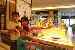 IMG_8894.jpg (小賴賴的相簿) Tags: family kids canon happy 50mm stm 台中 小孩 親子 陽光 chrild 福容飯店 5d2 老樹根 麗寶樂園 anlong77