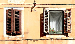 """Giant whispering"" Larkin (Herminio.) Tags: window windows finestra fenetre ventana verano estiu summer groc amarillo yellow croacia croatia"