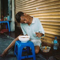 Tn nhng khng ph (Hanoi L i f e A r t) Tags: hanoilifeart hanoi vietnam people tuanducpham streetlife hasselblad kodakportra mediumformat 80cf analogphoto filmcamera asian photography