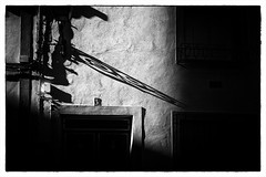 Tres (miguelangelortega) Tags: número casa fachada number house facade balcón balcony dintel puerta door sombras shades bw blancoynegro farol light fuji fujista x100s pozuelodecalatrava ciudadreal