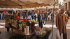 02-12-2016 003 (Jusotil_1943) Tags: 02122016 marron mercado toldos perro flores escenas urbanas jarron jarrones