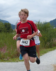 Tired 2 (Cavabienmerci) Tags: boy sports boys sport youth race children schweiz switzerland à child suisse earring running run runners earrings pied runner engadin engadine läufer lauf 2015 graubünden grisons samedan coureur engadiner sommerlauf coureurs engiadina
