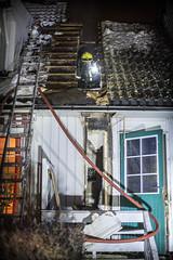 lmh-rundtjernveien142 (oslobrannogredning) Tags: bygningsbrann brann brannvesenet brannmannskaper slokkeinnsats brannslokking brannslukking røykdykker røykdykkere røykdykking begrensningslinje