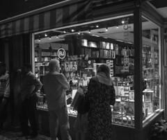 Olhando os livros / Looking at the books (jadc01) Tags: books d3200 livros nikon people bookstore showcase streetphtography blackandwhite blackwhite
