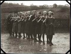 "Archiv Chr086 Mdchengruppe, ""Neviges 1922"" (Hans-Michael Tappen) Tags: archivhansmichaeltappen neviges 1922 1920s 1920er mdchern girl girls gruppenfoto gruppenphoto haarschleife hairbow kleidung outfit outdoor"