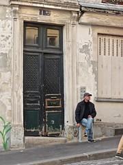 Rues de Montmartre (Spadola Luisa) Tags: street door man paris photo strada gente montmartre uomo porta porte rue parigi