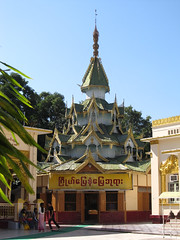 "Mandalay: la pagode Mahamuni <a style=""margin-left:10px; font-size:0.8em;"" href=""http://www.flickr.com/photos/127723101@N04/22866209657/"" target=""_blank"">@flickr</a>"