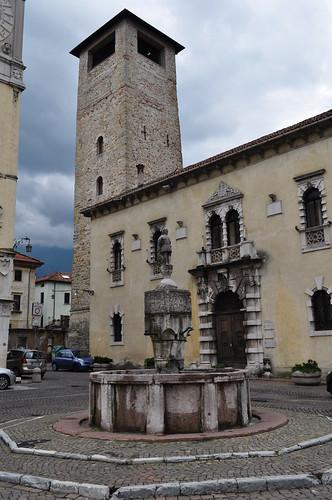 Fontaine (1411), Torre Civica (XIIe), Piazza del Duomo, Belluno, province de Belluno, Vénétie, Italie.
