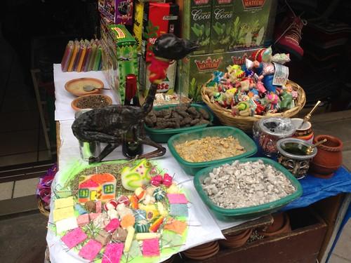 Auf dem Hexenmarkt von La Paz: Weihrauch, heilige Hölzer, kleine Glücksfiguren und ein Lamafötus (mit Schleifchen)