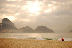 5/5/2016... (tiagoelidio) Tags: 366project 366 project366 riodejaneiro rio praia beach copacabana morning manh rayoflight raiodeluz