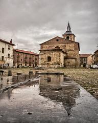 otono en la Plz del Grano (rosalgorri1) Tags: otoo lluvia empedrado romanico len caminodesantiago plazadelgrano espaa reflejos tardedelluvia grises