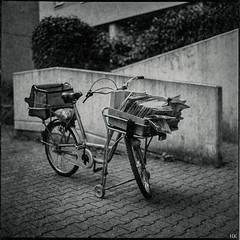 Postal Bike (*altglas*) Tags: bw film bike bicycle analog mediumformat post bronica expired fahrrad expiredfilm mittelformat zenza ectl svema svema250 zenzanon2480
