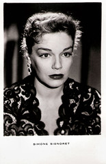 Simone Signoret in Ombre et lumière (1951) (Truus, Bob & Jan too!) Tags: cinema france film vintage french star simone postcard screen 1950s sound actress movies français 1951 sonore filmstar tonfilm schauspielerin attrice actrice française simonesignoret ombreetlumière signoret darstellerin