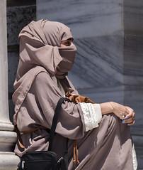 Mujer musulmana en el Palacio de Dolmabahce (Edgardo W. Olivera) Tags: europe europa turqua turkey estambul istanbul city ciudad panasonic lumix gh3 edgardoolivera microfourthirds microcuatrotercios dolmabahesaray dolmabahe palacio palace niqab woman muslim mujer gente people