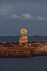 Full Moonset en la Torreta... (elpitiuso) Tags: fullmoon moon moonset ibiza torre sea sky rocks eivissa