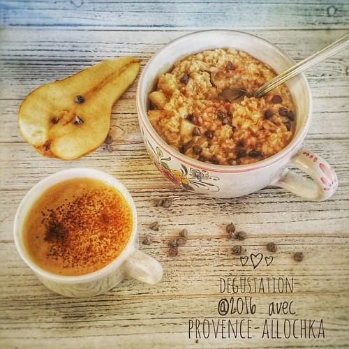 Мой неизменный завтрак: #геркулес на воде, #груша и черный #шоколад. И, конечно -чашечка ароматного кофе ☕ с корицей!  Всем приятного дня!  #provence_allochka #provence #petit_dejeuner #avoine #cafe #likefollowers #likeme #like4likes #завтрак #овсянка #ко