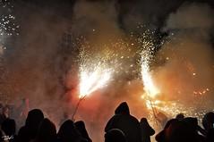 Correfoc 032 (Pau Pumarola) Tags: correfoc foc fuego feu fire feuer guspira chispa étincelle spark funke festa fiesta fête fest diable diablo devil teufel catalunya cataluña catalogne catalonia katalonien girona diablesdelonyar