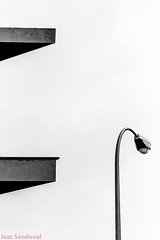 Geometría del seno. Arrecife, noviembre 2010. (Jazz Sandoval) Tags: 2010 elfumador españa expresión exterior equilibrio artistic arrecife arquitectura abstracción blancoynegro búsquedas bn bw búsqueda blanco canarias contraste calle contraluz curiosidad cielo fotografíadecalle fotodecalle fotografíacallejera fotosdecalle geometría gráfico geometrías islascanarias ilustración jazzsandoval lanzarote luz monocromática monócromo negro nero paisaje streetphotography sombras streetphoto farola hormigón estructuras blackandwhite