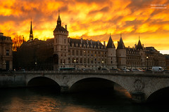 Conciergerie, Paris (www.fromentinjulien.com) Tags: fromus75 fromus fromentinjulien fromentin flickr view exposure shot hdr dri manual blending digital raw photography photo art photoshop lightroom photomatix french francais light traitements effets effects world europe france paris parisien parisian capitale capital ville city town città cuida colocación monument history 2016 photographe photographer dslr eos canon 6d fullframe full frame ff 2470mm 2470 canonef2470mmf28l canon2470mmf28 urban travel architecture cityscape street sunset coucherdesoleil pont bridge conciergerie saintechapelle skyporn wow