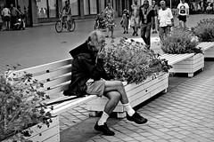 life's a drag (japanese forms) Tags: leica blackandwhite bw blancoynegro beach monochrome strand blackwhite zwartwit random cigarette candid streetphotography pun vlaanderen mittelformat schwarzweis straatfotografie wortspiel woordspeling strasenfotografie japaneseforms2015