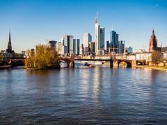 Frankfurt am Main 001.jpg (vossemer) Tags: orte wasser verkehr spiegelungen objekte kirchen natur bauwerke frankfurt historisches brcken schiffe stdte main landschaften stimmungen hochhuser flsse huser frankfurtammain hessen deutschland de